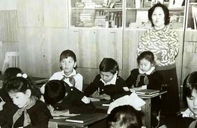 Бату Хасиков (в белой рубашке) в детстве