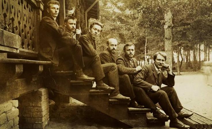 Януш Корчак (четвертый слева) в центре для польских детей в Вильгельмувке (1908)