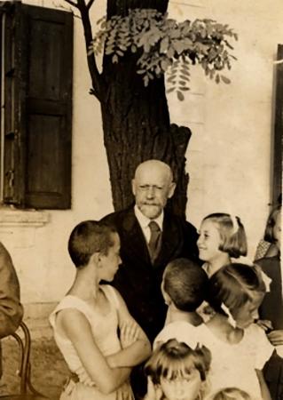 """Януш Корчак с постояльцами дома сирот """"Маленькая роза"""" (Вавер, 1938)"""
