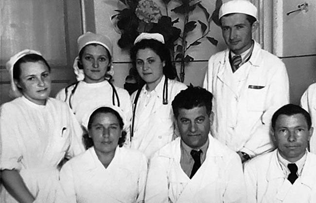 Алла Лёвушкина (крайняя слева) во время работы в Туве
