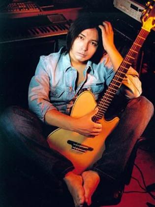 Мурат Насыров с гитарой