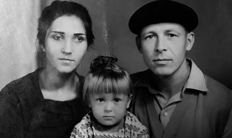 Елена Майорова с родителями в детстве