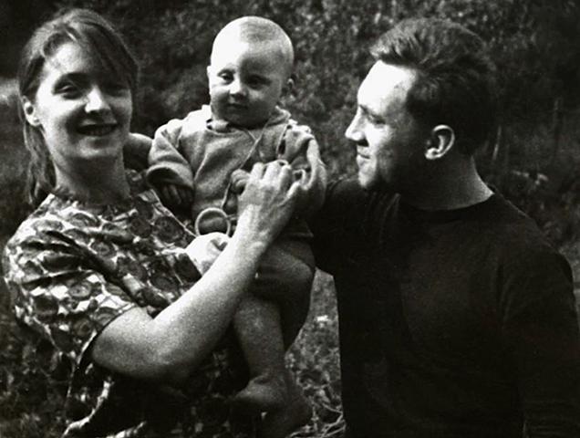 Аркадий Высоцкий с родителями в детстве