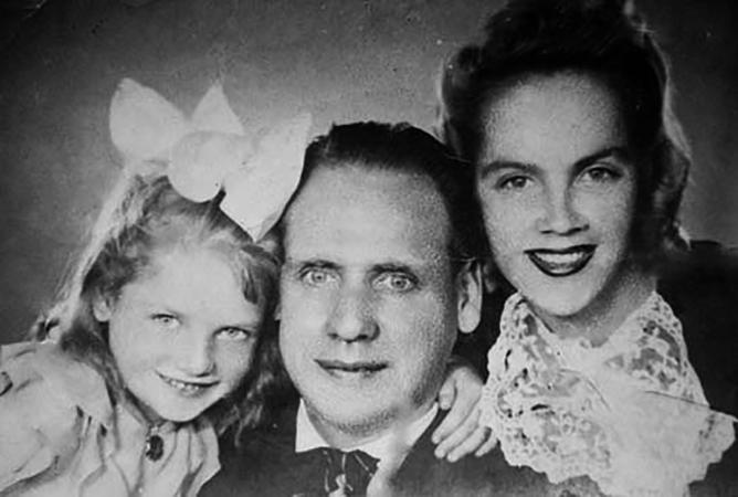Наталья Кустинская с родителями в детстве