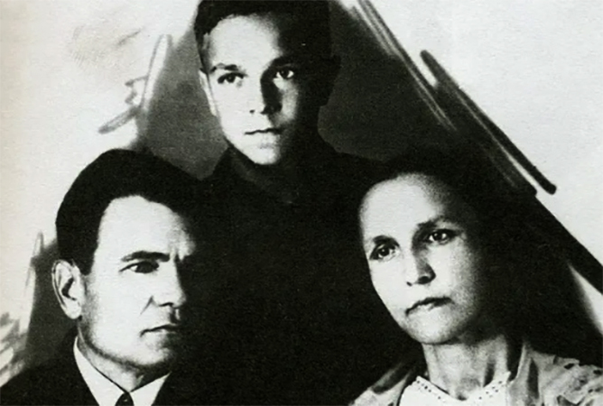 Валентин Пикуль с родителями