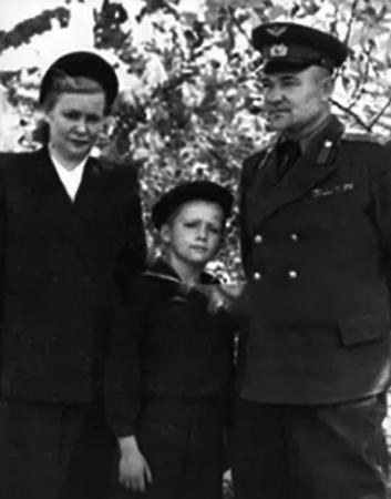 Владимир Мигуля в детстве с родителями