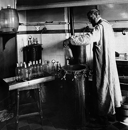 Пастер экспериментирует в своей лаборатории