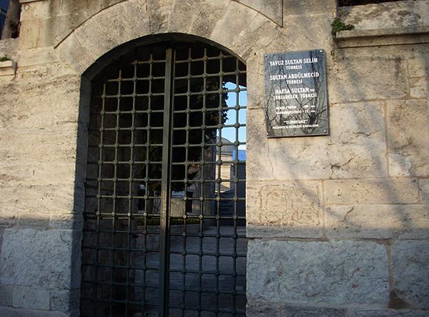 Саркофаг Хатидже Султан находится внутри мечети Явуз Султан Селим в Стамбуле