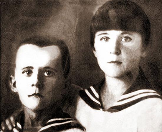 С сестрой Ариадной (около 1935)