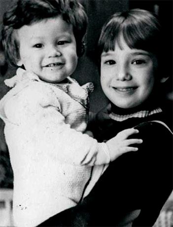 С сестрой Чулпан в детстве