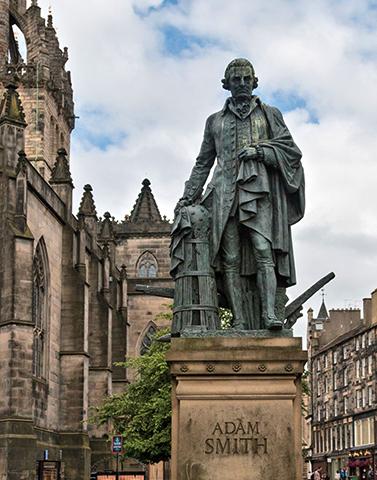 Статуя Смита на главной улице Эдинбурга, возведенная на частные пожертвования, организованные Институтом Адама Смита.