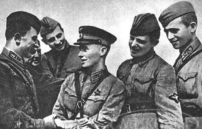 Солдаты поздравляют Виктора Талалихина с проведением ночного тарана