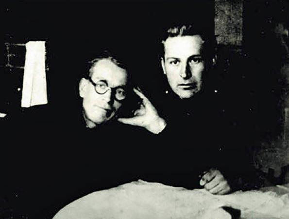 Алексей Фатьянов (справа) и Василий Соловьёв-Седой (1942)