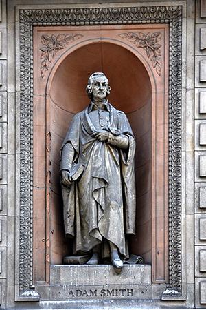 Статуя Смита, построенная в 1867–1870 годах в старой штаб-квартире Лондонского университета, 6 Берлингтон-Гарденс