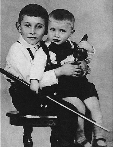 Михаил Светин c братом в детстве