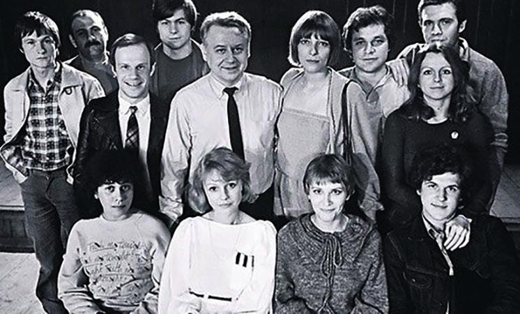 Елена Майорова (в центре, рядом с О. Табаковым) во время учебу в ГИТИСе