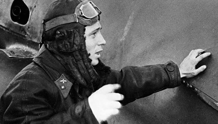 Виктор Талалихин у самолета