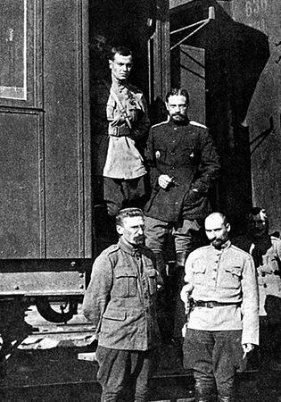 Владимир Каппель у вагона штаба (1918)