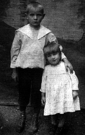 С сестрой Верой в детстве