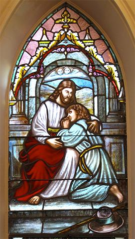 Витраж Иисуса, покидающего свою мать, в лютеранской церкви в Южной Каролине.