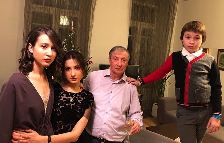 Семен Альтов с внуками