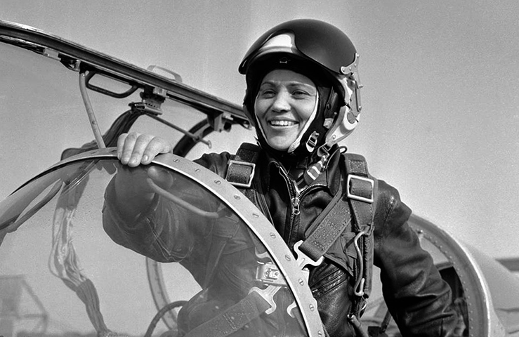 Молодая летчица Марина Попович