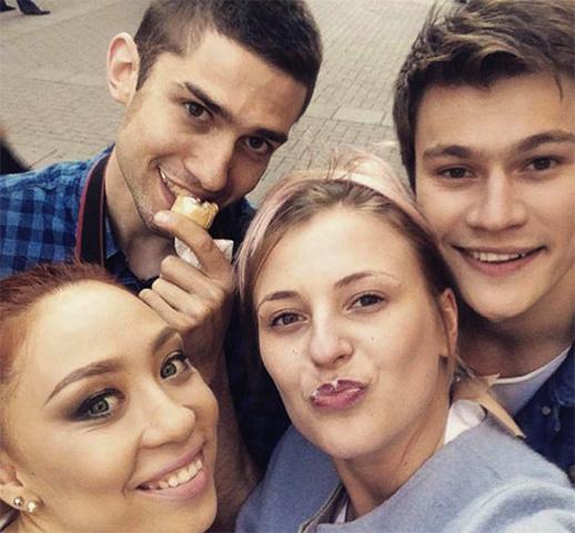 Олег и Анастасия (на фото справа)