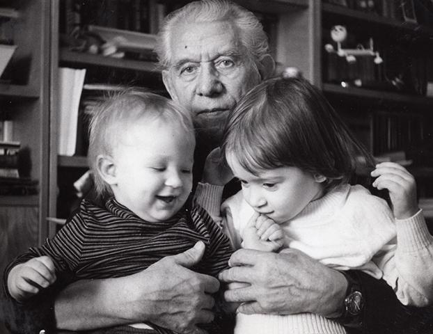В детстве с сестрой и дедушкой