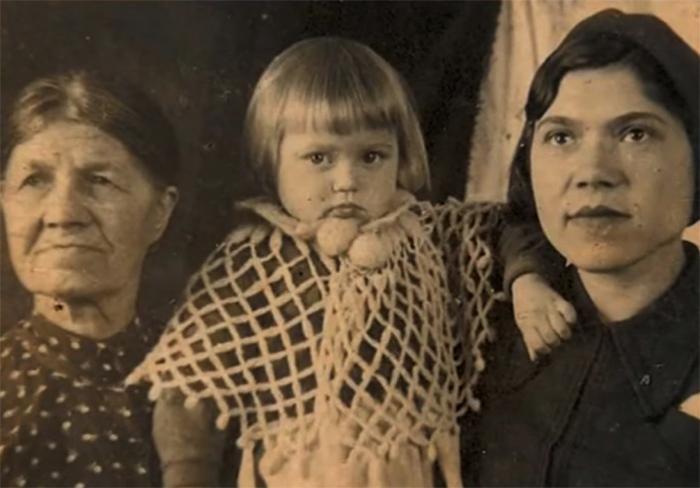 Галина Стаханова в детстве с бабушкой и мамой