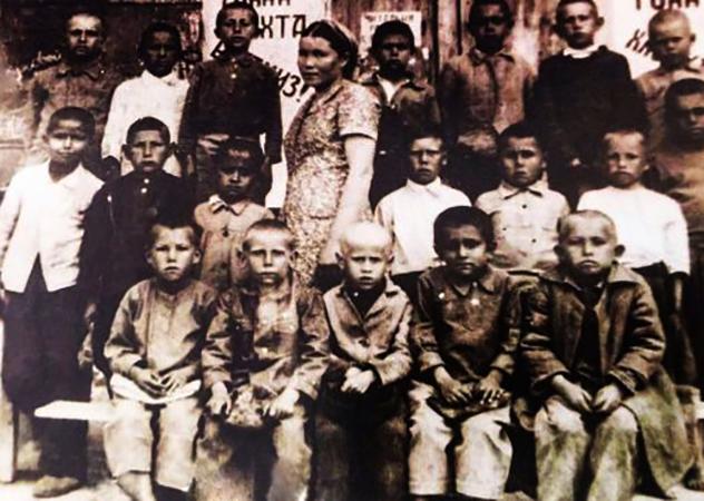 Ислам Каримов (второй ряд, первый слева) в детстве