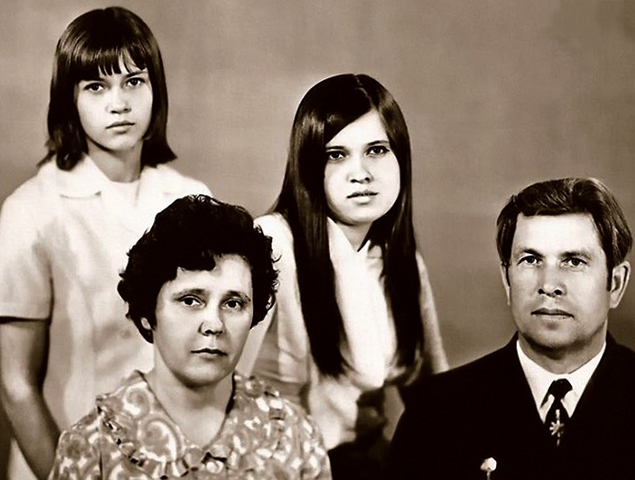 С родителями и сестрой в юности