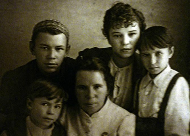 Жена Мария Ивановна с детьми (1942)