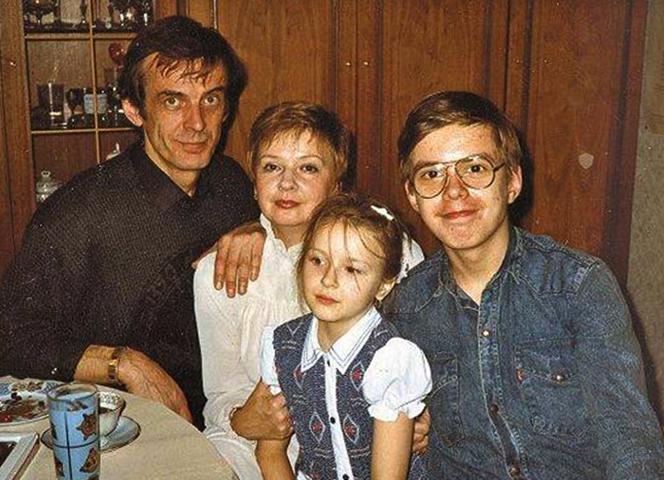Анна Тараторкина с семьей в детстве