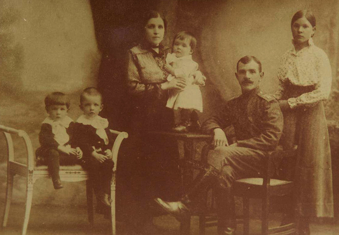 Слева направо: Алексей, Виктор, Лидия Николаевна (мать), Борис, Семен Павлович (отец), Лиза (сестра отца). Москва, 1915