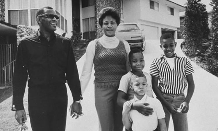 Со второй женой Деллой и сыновьями