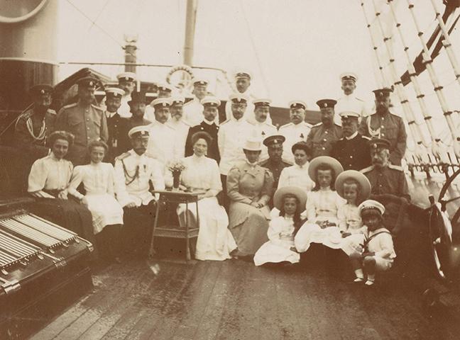 """Евгений Боткин (во втором ряду, второй слева) с императорской семьей на яхте """"Штандарт"""""""