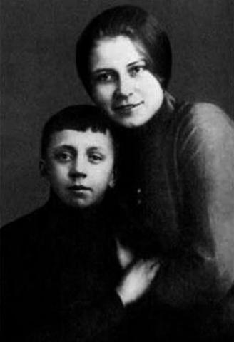 Юрий Есенин с мамой Анной Изрядновой в детстве