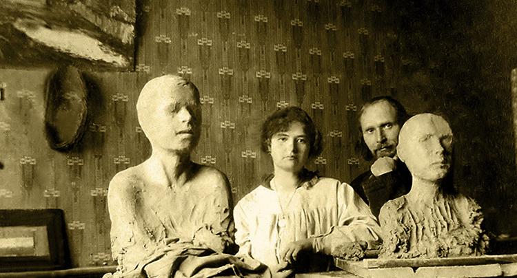С Еленой Мороз в мастерской (Москва, 1915)