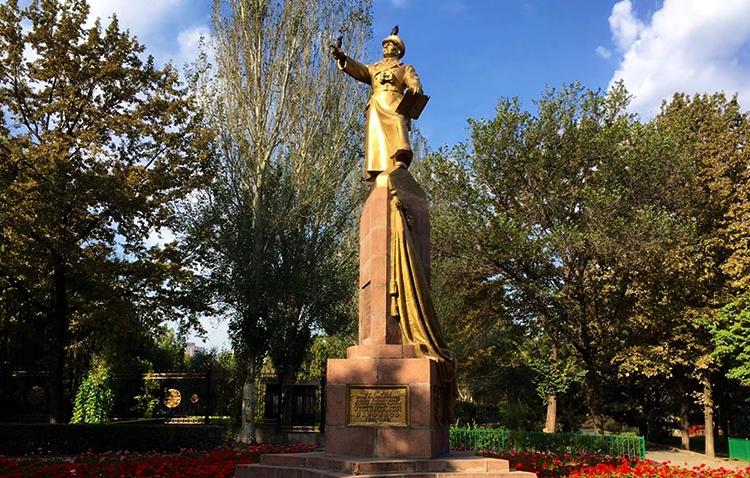 Памятник Ивану Панфилову в Бишкеке