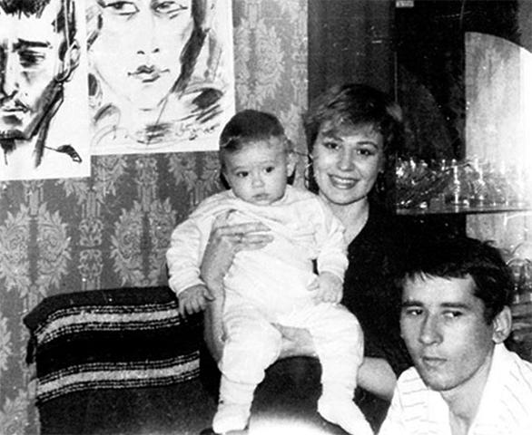 Семен Шкаликов в детстве с родителями