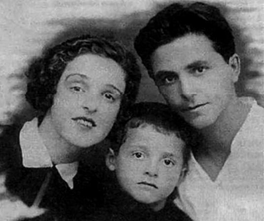 С родителями в детстве (конец 1920-ых)