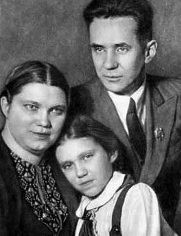 Людмила с родителями в детстве