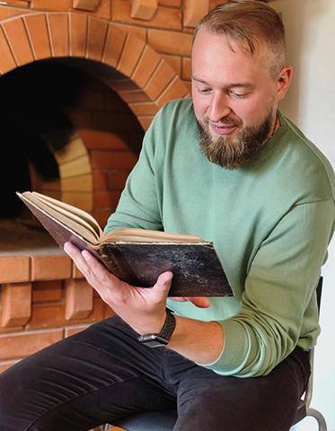 Олег Робинов читает книгу