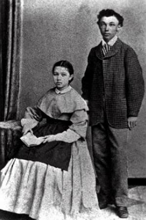 С сестрой Анастасией (начало 1870-ых)