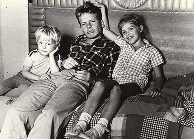 Павел Майков (в центре) в юности