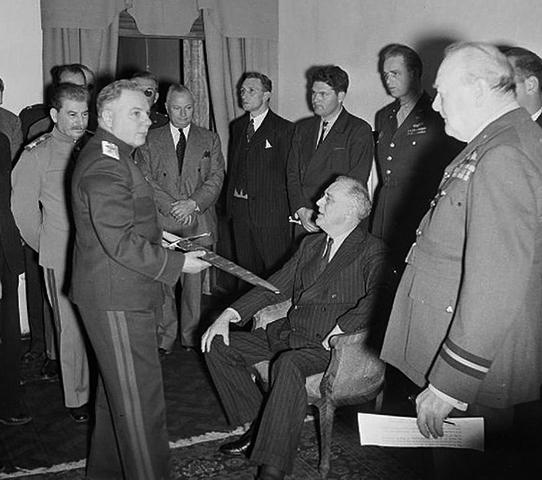 Климент Ворошилов (с мечем) во время Тегеранской конференции (1943)
