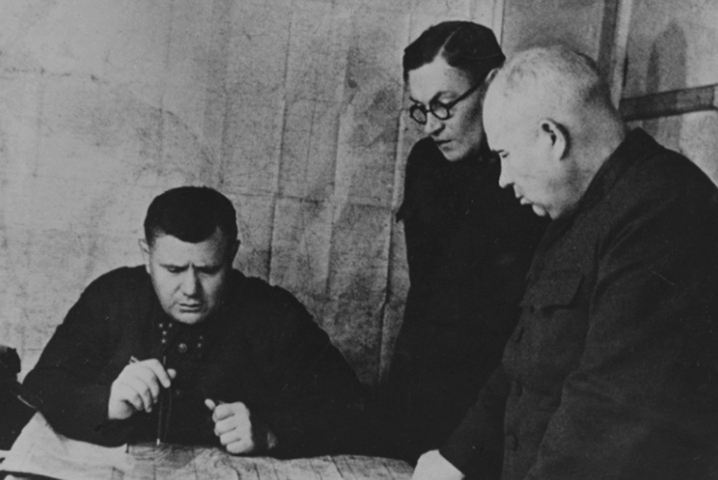 Андрей Еременко, командующий Сталинградским фронтом (1942). Справа – Никита Хрущев, в то время – член военного совета фронта.