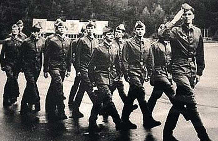 Михаил Прохоров (спереди) в армии