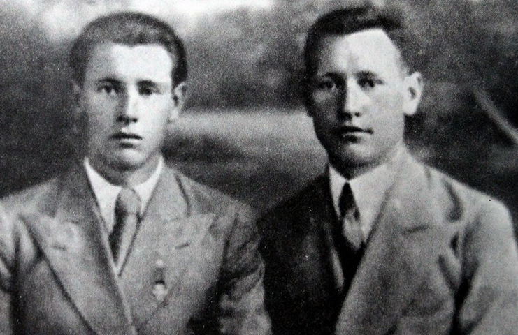 С братом Павлом в юности