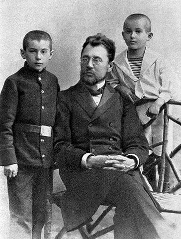 С отцом Петром Васильевичем и братом Валентином